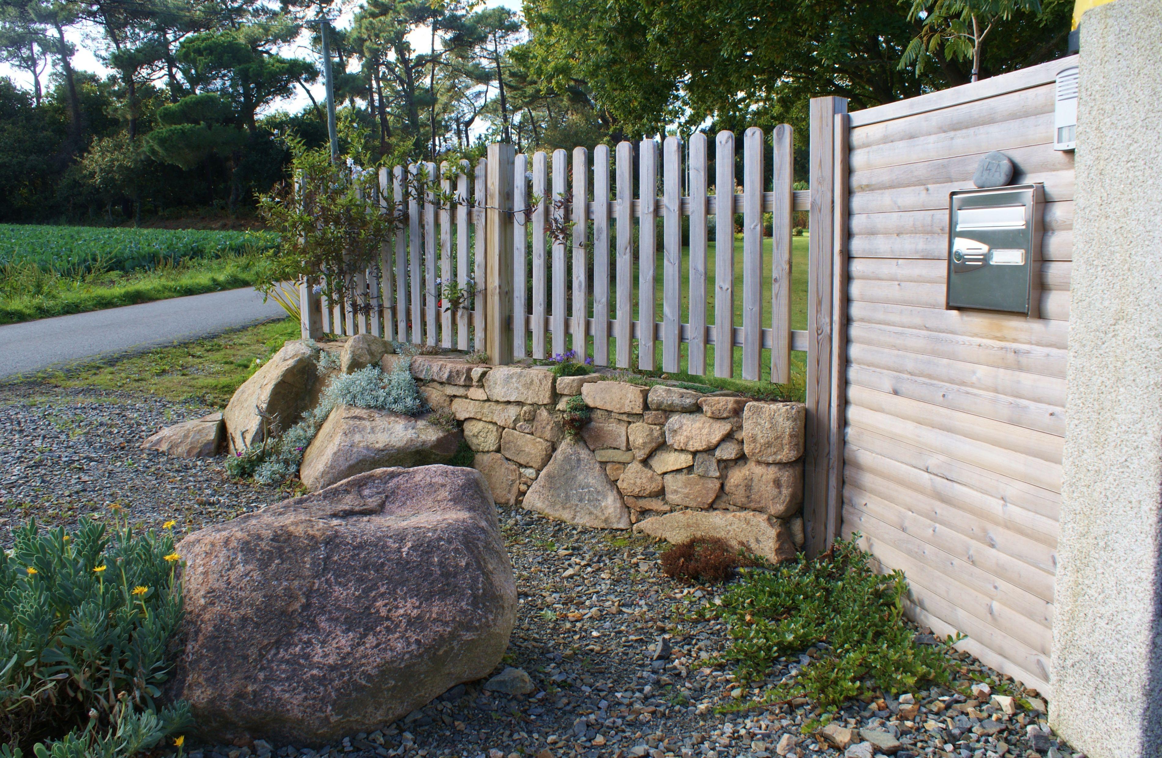 Un muret de pierre sèches accompagné d\'une palissade et d\'une ...