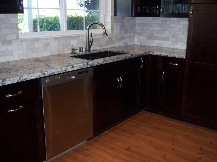 Backsplash to use with arctic white granite google for Arctic white kitchen cabinets