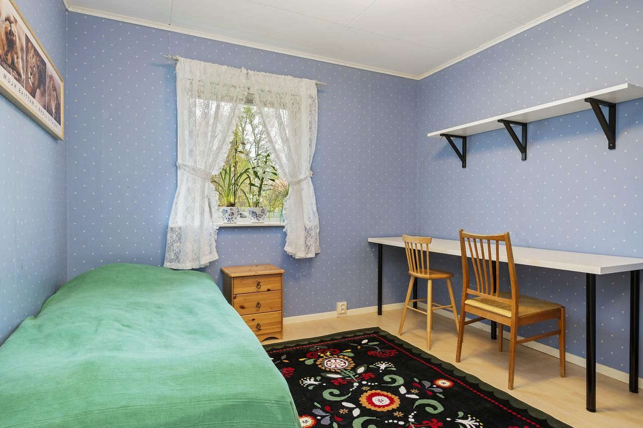 Bon Simple Teenage Girl Bedroom Design With Blue Paint Wallpaper And Green  Bedding Set Also Black Floral Rug On Laminate Wooden Floor As Well Long  Study Table ...