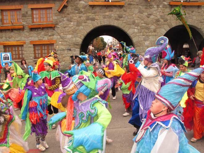 Los gigantes colorearon el centro de Bariloche y dieron inicio al 16° Festival de Titiriteros Andariegos