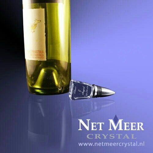 Flessenstop van kristal glas, rvs en rubberen afsluit ringen. In het glas kan een logo, foto en/of tekst geplaatst worden.
