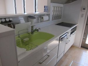キッチン前に高めの立ち上がりで手元収納を確保 狭い家のキッチン リビング キッチン キッチンのカウンタートップ