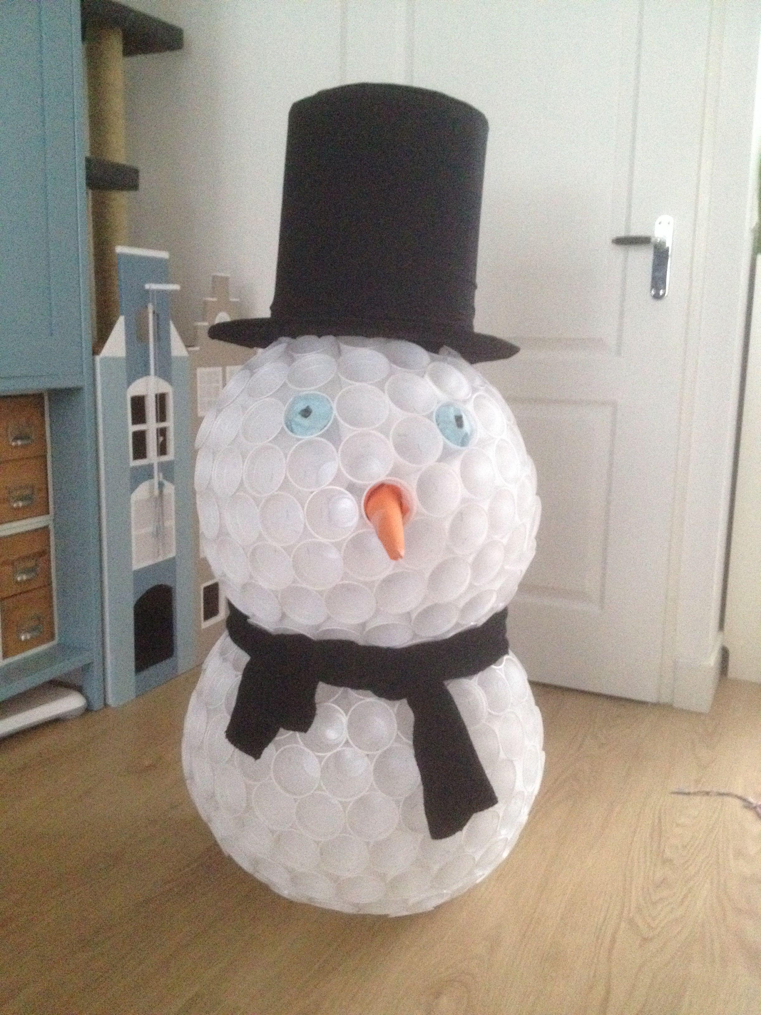 Sneeuwpop van plastic bekertjes snowman out of plastic for Huis maken surprise