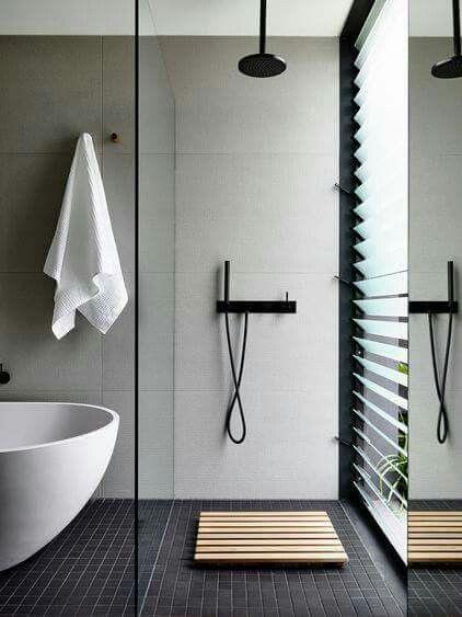 Badezimmer Inspiration, Schwarze Amaturen, freistehende Badewanne