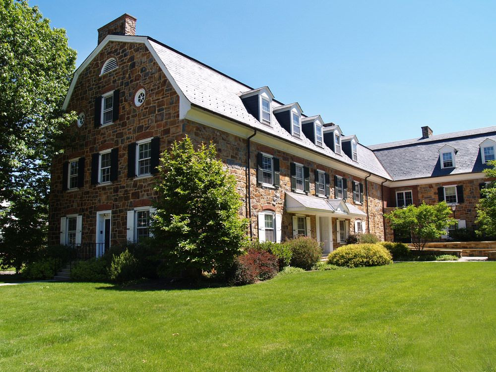 20 Examples Of Homes With Gambrel Roofs Photo Examples Gambrel Gambrel Roof Barn Roof