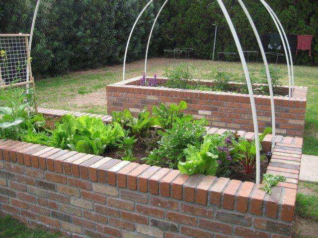 hochbeete gemüse ziegelsteine garten bauen ideen blattsalat, Terrassen ideen