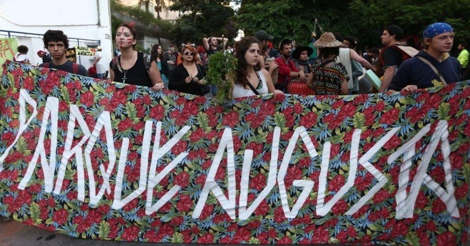 Ativistas protestam contra a reintegração de posse no parque Augusta, na região central de São Paulo. A área de 25 mil metros quadrados estava aberta e ocupada por ativistas desde 17 de janeiro. A reintegração atende a uma ação judicial movida pelas construtoras Cyrela e Setin, donas do imóvel
