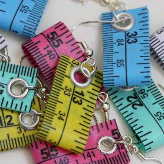 Cinco paquetes de aretes de cinta métrica en diferentes colores – joyería de declaración creada con cinta métrica reciclada – aretes