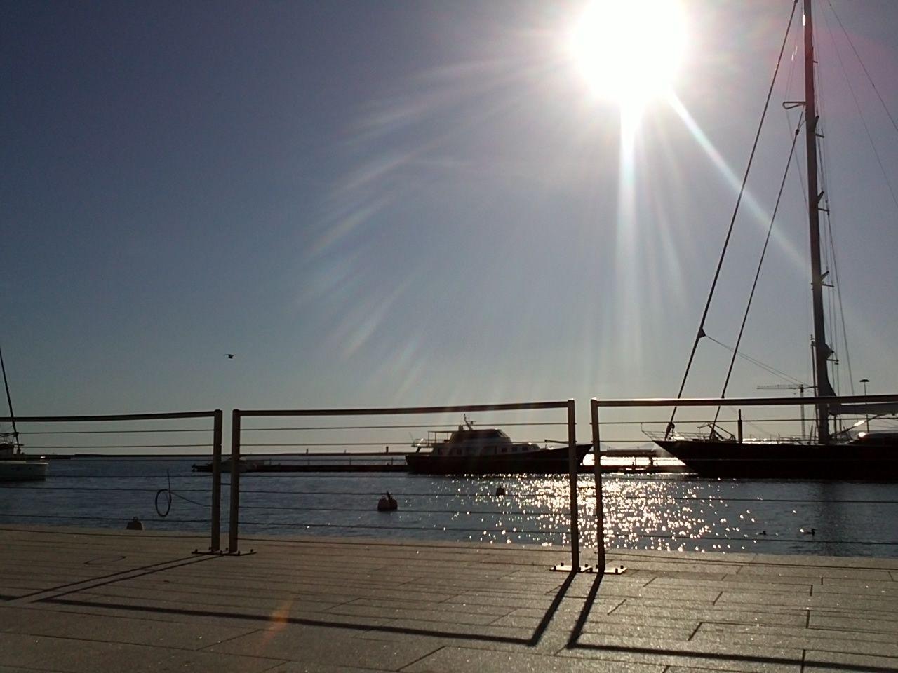 Porto di Cagliari: L'aspetto che possiamo vedere oggi è quello del '900. Infatti fino all'Unità d'Italia il porto era piccolo e separato dalla Via San Francesco da Paola (attuale via Roma) e quindi dalla città mediante delle mura. Texto extraído de: http://it.wikipedia.org/wiki/Porto_di_Cagliari