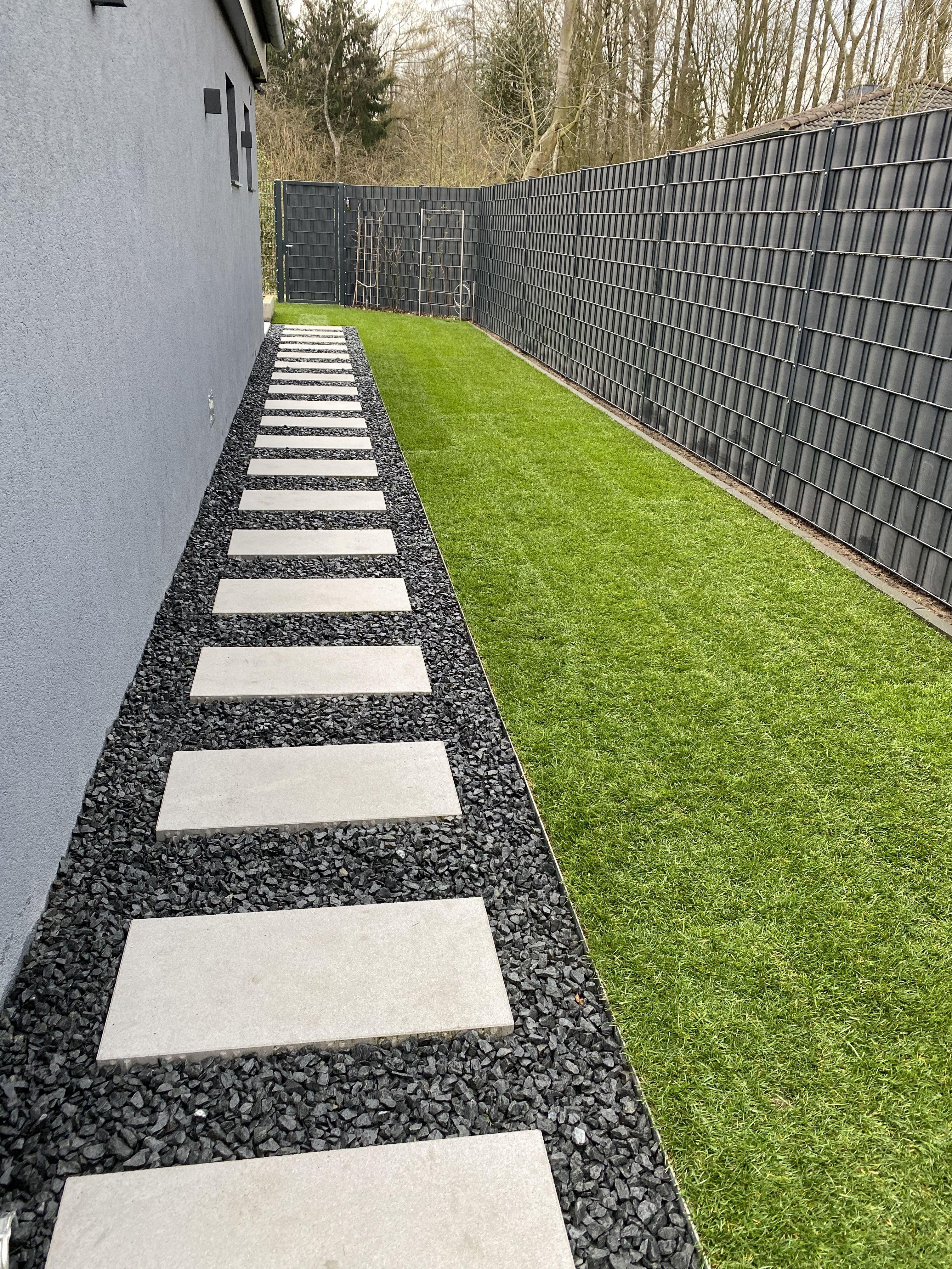 Garten Gehweg Basalt Und Beton In 2020 Garten Garten Landschaftsbau Vorgarten Gehweg