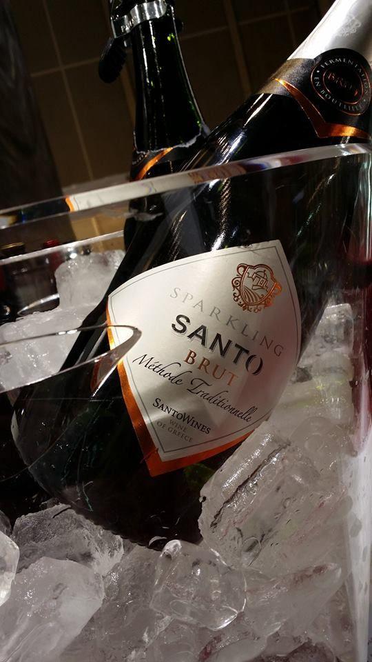 Le mousseux de santorini en Grèce fait par EZI. Ezi Sparkling label for Santo Wine, Santorini, Greece.