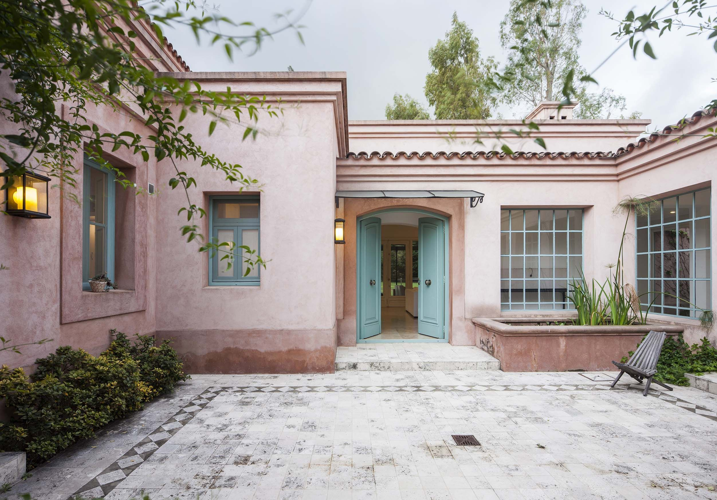 Pin de vanesa zarate en fachadas for Casas modernas estilo campo