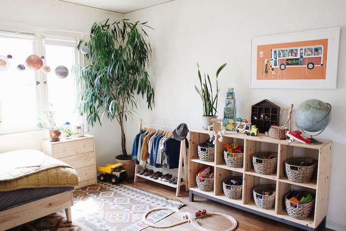 1001 Top Astuces Pour Inviter La Pedagogie Montessori A La Maison Decoration Chambre Bebe Mixte Commode Chambre Enfant Chambre Enfant