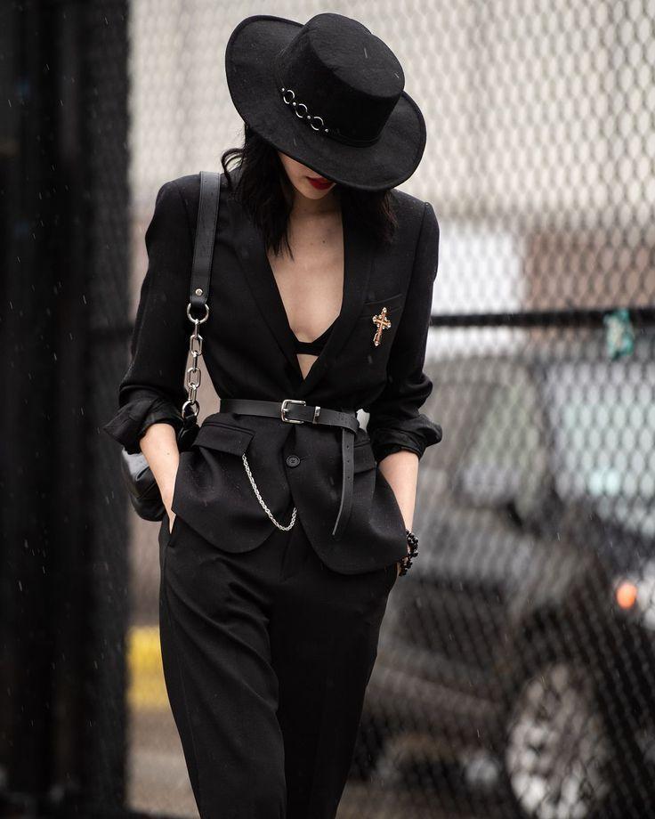 Todo el atuendo de estilo callejero negro. Sombrero negro. Blazer negro. Cinturón negro. Ama....