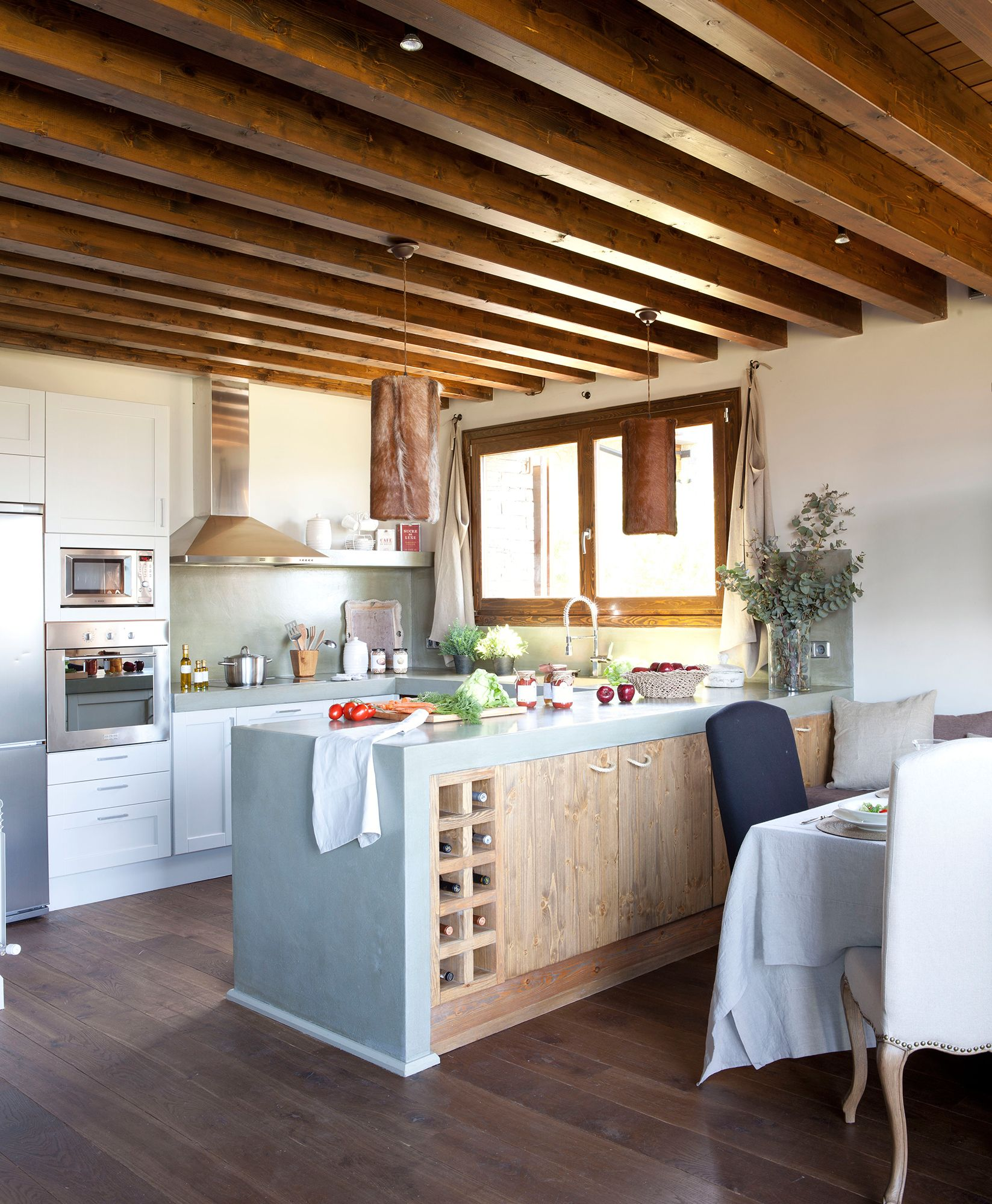 Cocina con techo de vigas y muebles de madera con office for Techos para cocinas