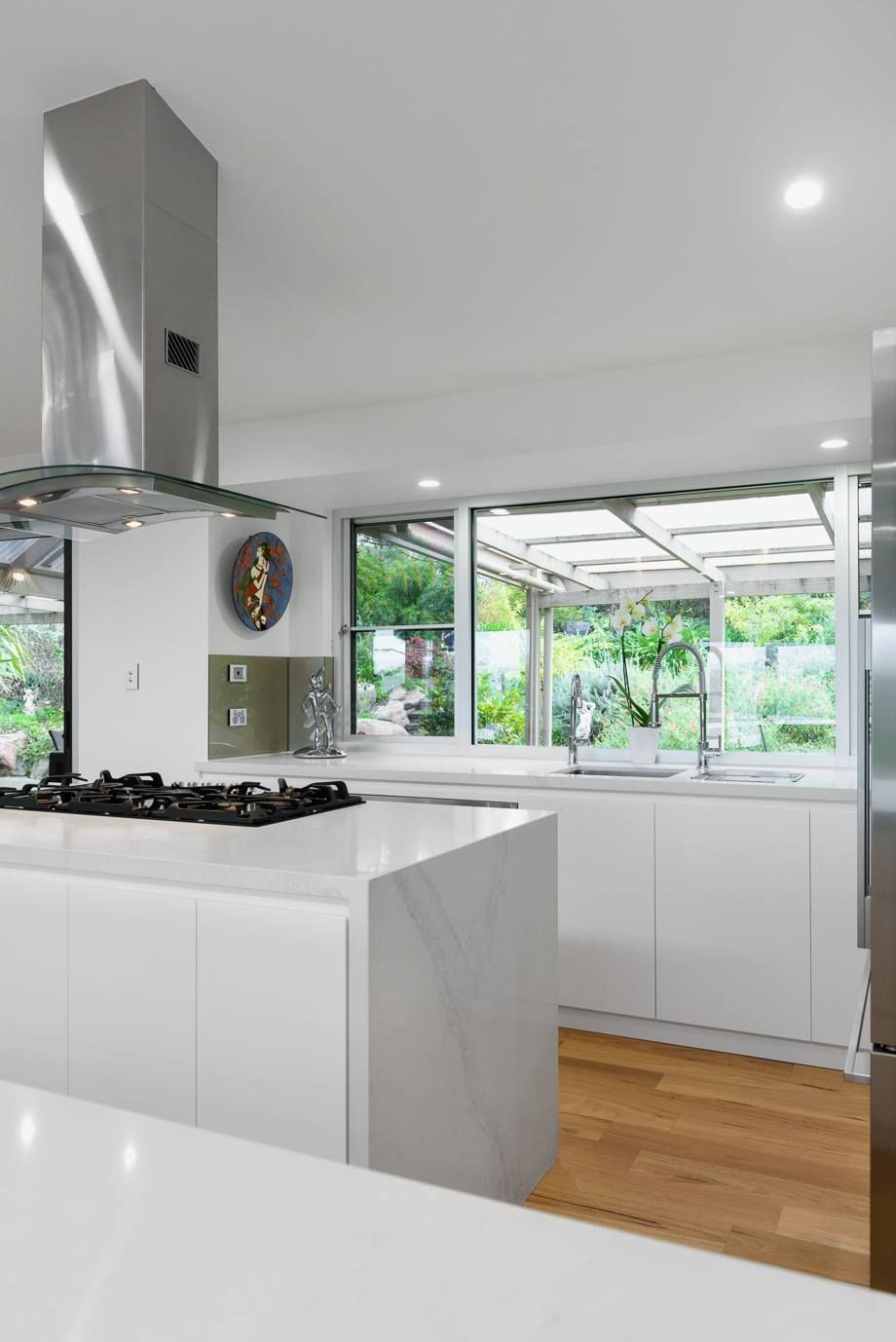 Esta cocina de Alby Turner y su hijo con Caesarstone Calacatta nuvo ...