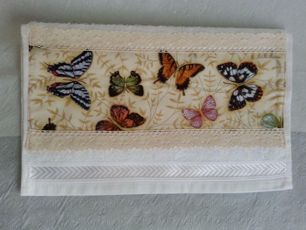Ref.NVA-1721  Conjunto contendo:  Lata decorada com pintura esponjada e decoupage de tecido; e  toalha para lavabo com aplicação de tecido e renda.