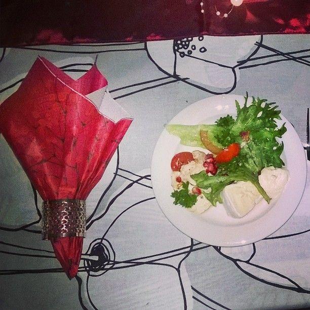 #granaattiomena #salaatti #mozzarella #valkosipulipikkelssi #valkohomejuusto  #alkupaloja