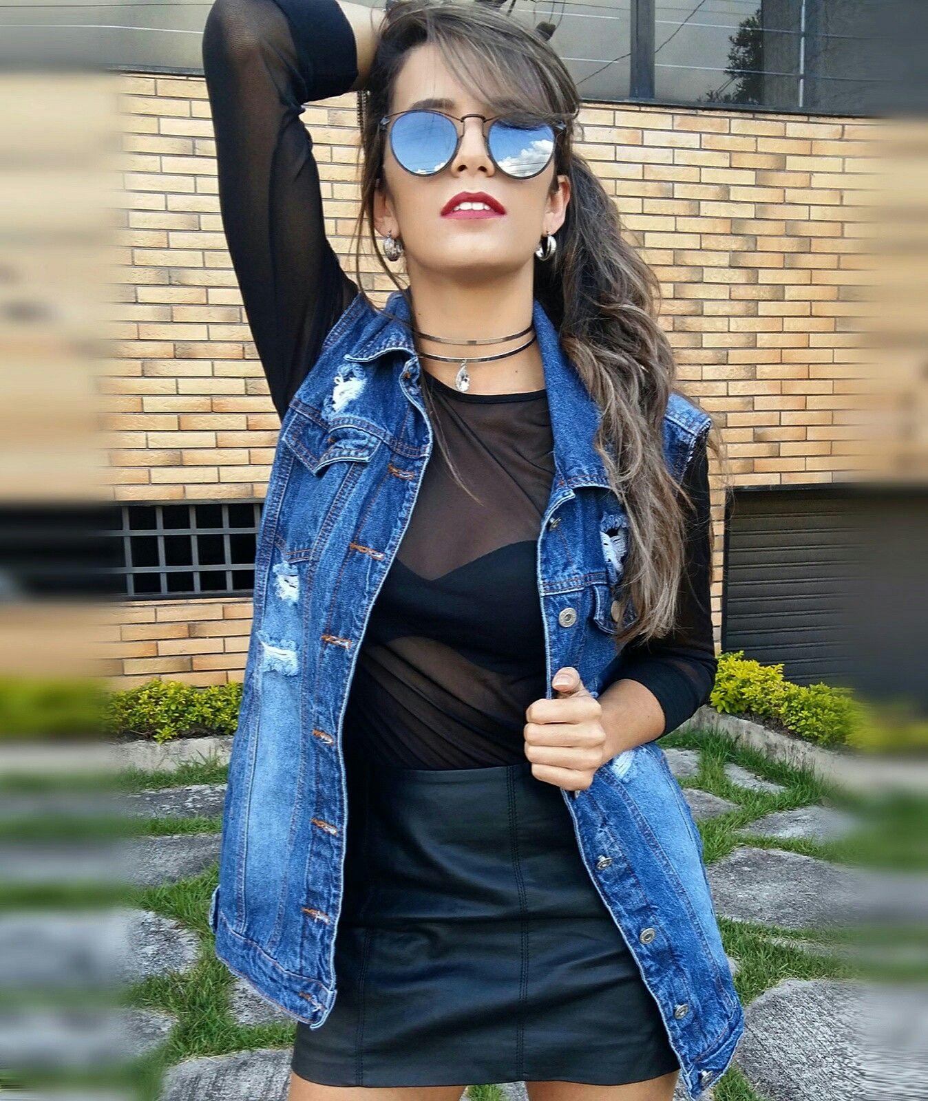 677f155a5 Look: Maxi colete jeans lady rock, blusa transparente preta, saia de couro.  Acessórios: choker, óculos escuros