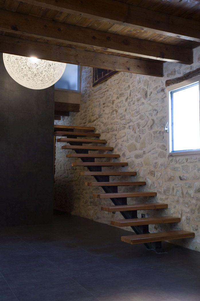 Ristrutturazione contemporanea di un maniero nella for Ristrutturazione case antiche interne