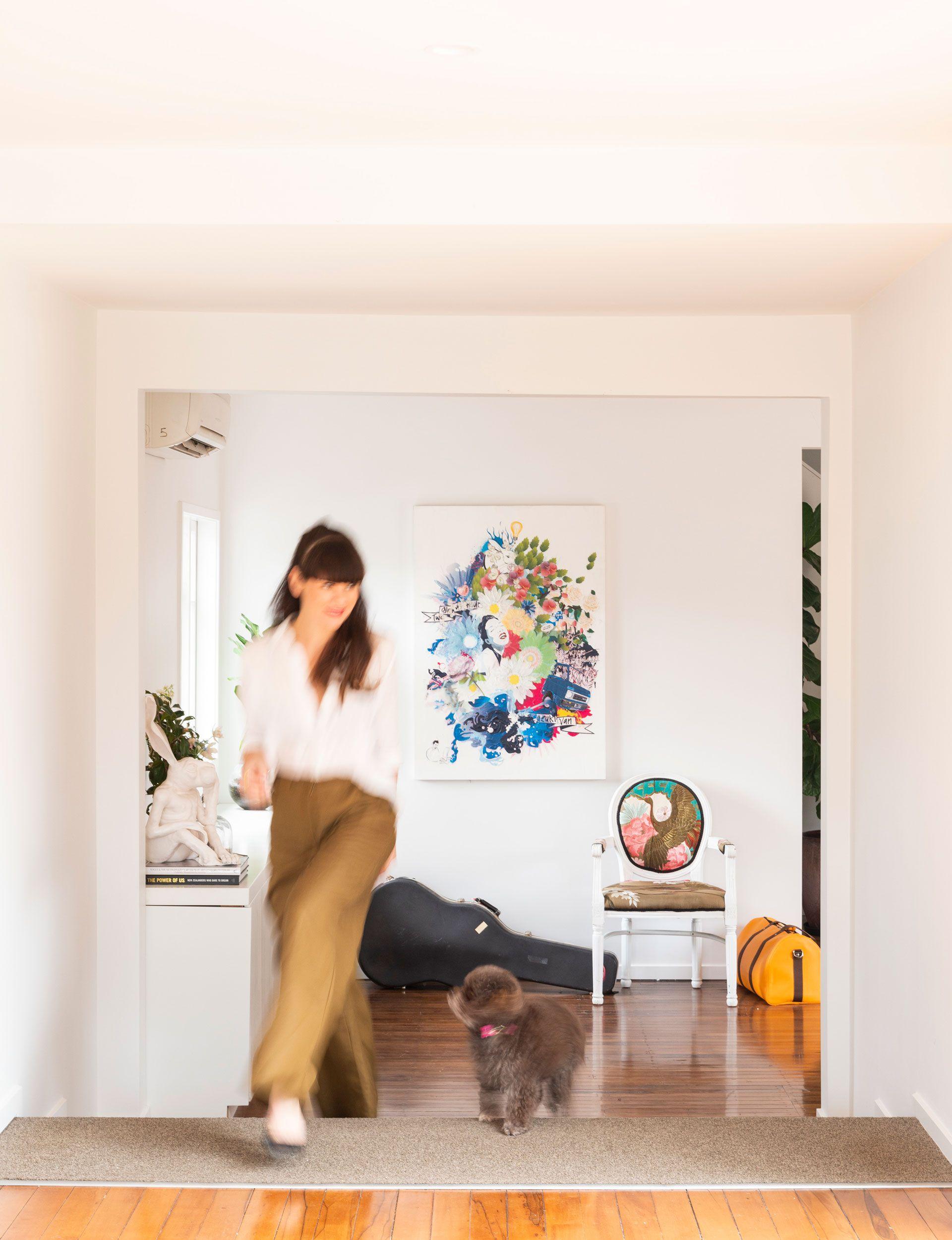 See inside tv presenter amber peeblesu fashionable home furniture