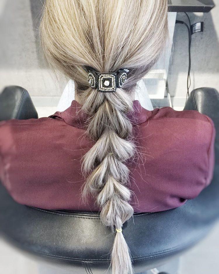 """Photo of Breeze Green Frisør på Instagram: """"Enkel flette med strikk fra den håndlagde hårpynteserien vi har.💁🏼 Frisør: Amanda Jenssen # redd #handmadehairaccessory"""""""