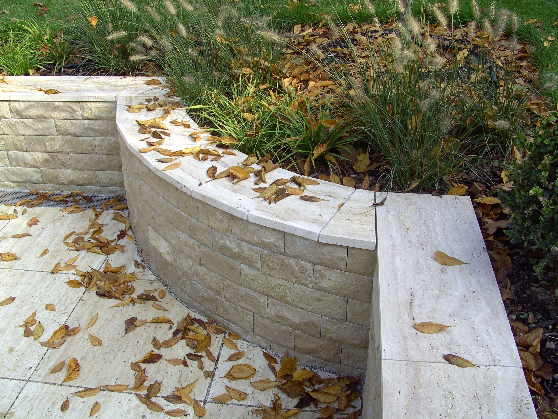 Die fertigstellte Arbeit in dem Garten einer unserer Kunden garden white weiß rock stein garten tile round rund leafs blätter tile fliesen