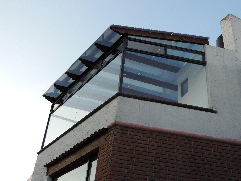 Las ventanas son de vidrio entintado con canceleria de - Techo de madera ...