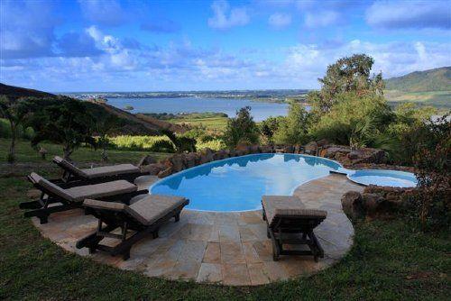 Pool mit Sonnenliegen - Ferienhaus La Hacienda auf Mauritius, Südostküste, Mahebourg