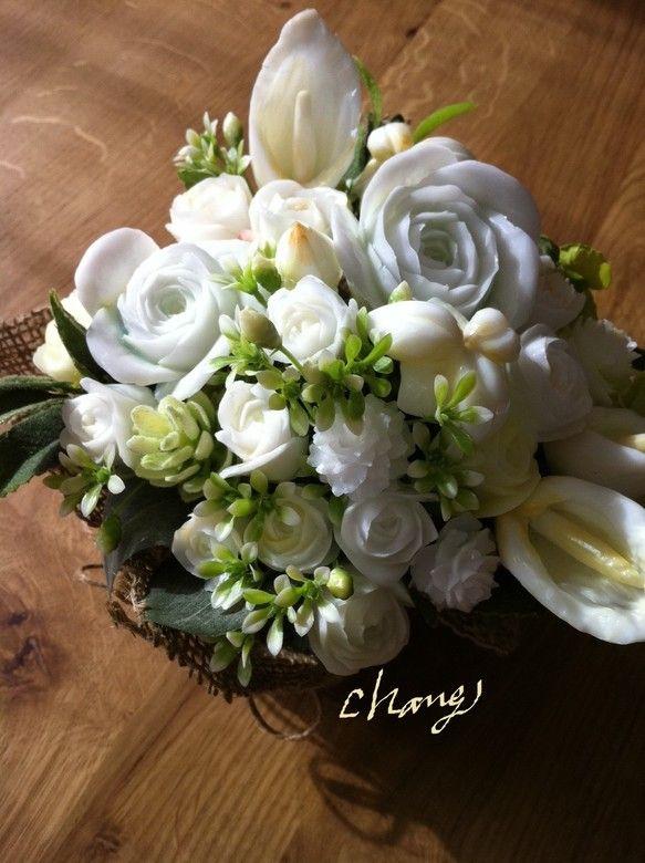 白の石鹸を基調とし、バラ、カラー、ミニバラなど多種のお花を彫り上げ、アレンジしたソープカービング作品です。横幅20センチ、高さ17センチほど。フローラルの優し...|ハンドメイド、手作り、手仕事品の通販・販売・購入ならCreema。