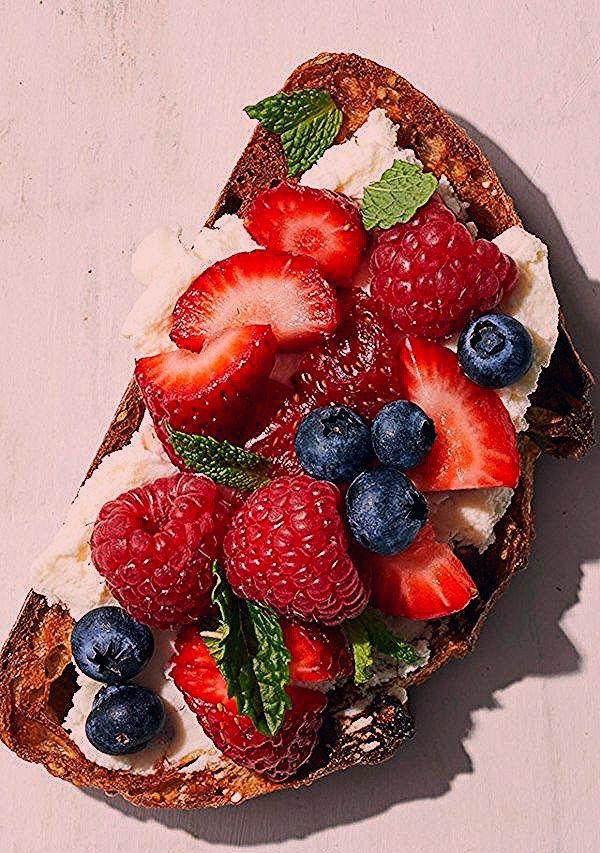 Cremige Mascarpone schmeckt wunderbar, wenn sie mit gemischten Beeren und Minze …