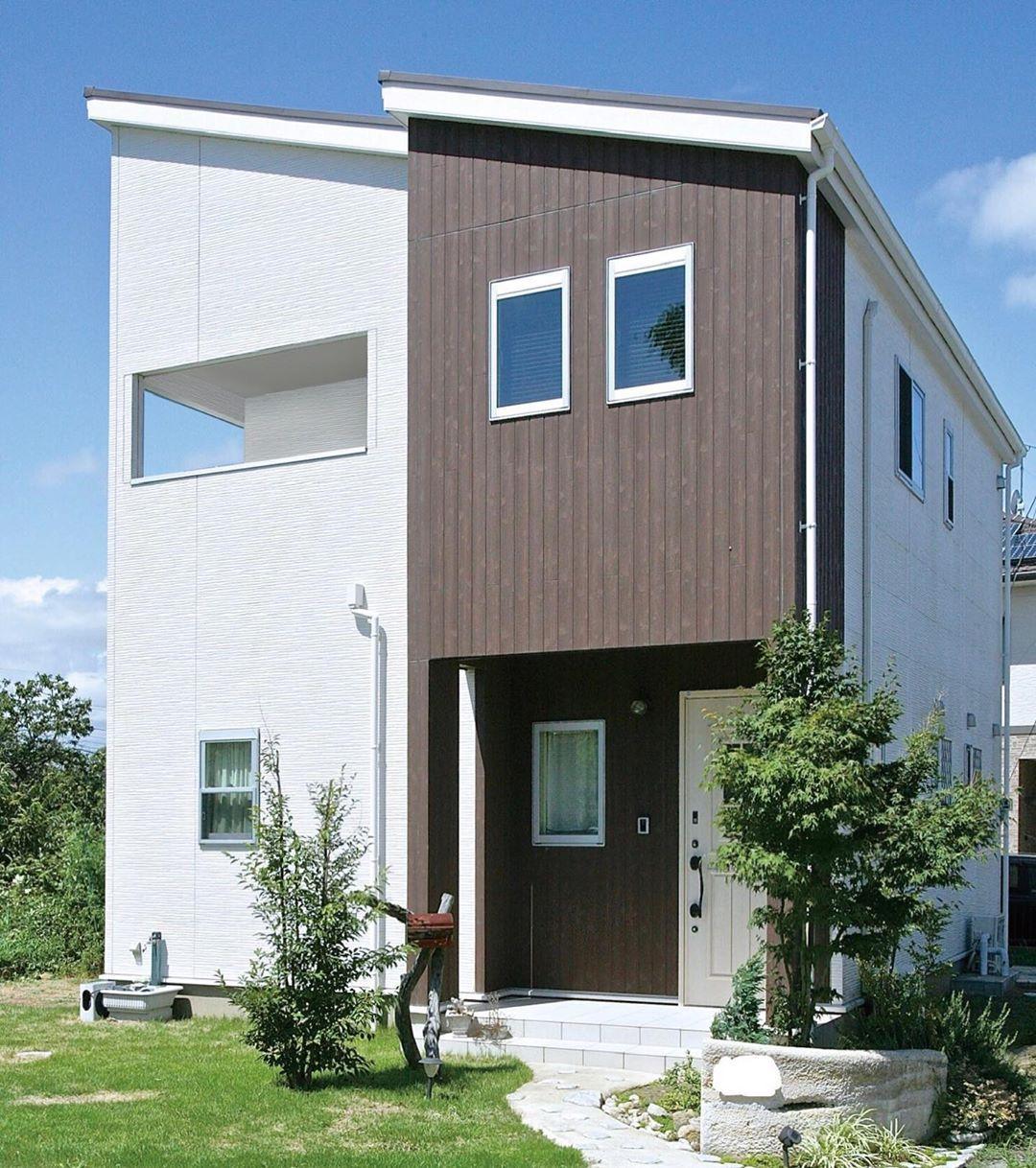 ホワイトの外壁に 木目柄の外壁を 組み合わせたお宅 シンプルな