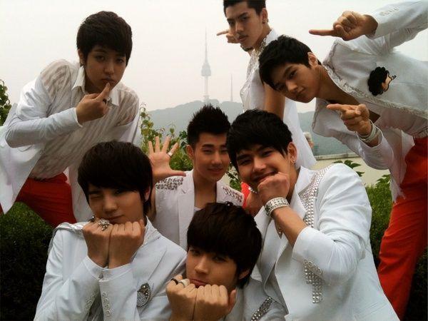 인피니트 (INFINITE)     Infinite (stylized as INFINITE ) ( Korean : 인피니트 ) is a seven member South Korean pop boy group under Woollim Entert...
