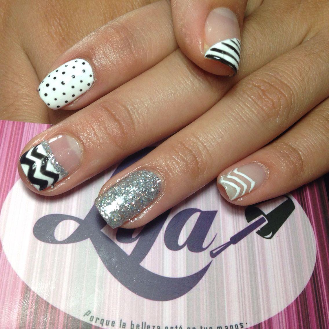 Decoración de uñas gelish blanco y negro. Zigzag a mano alzada ...