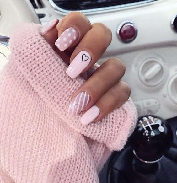 Hübsche Nägel glänzen auf Ihren Fingerspitzen, um Ihnen einen kühlen Sommer …
