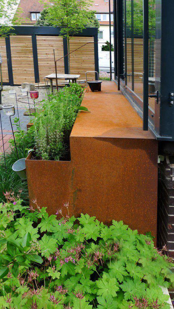 Treppe und Kräutergarten aus rostigem Stahl Metall im Garten