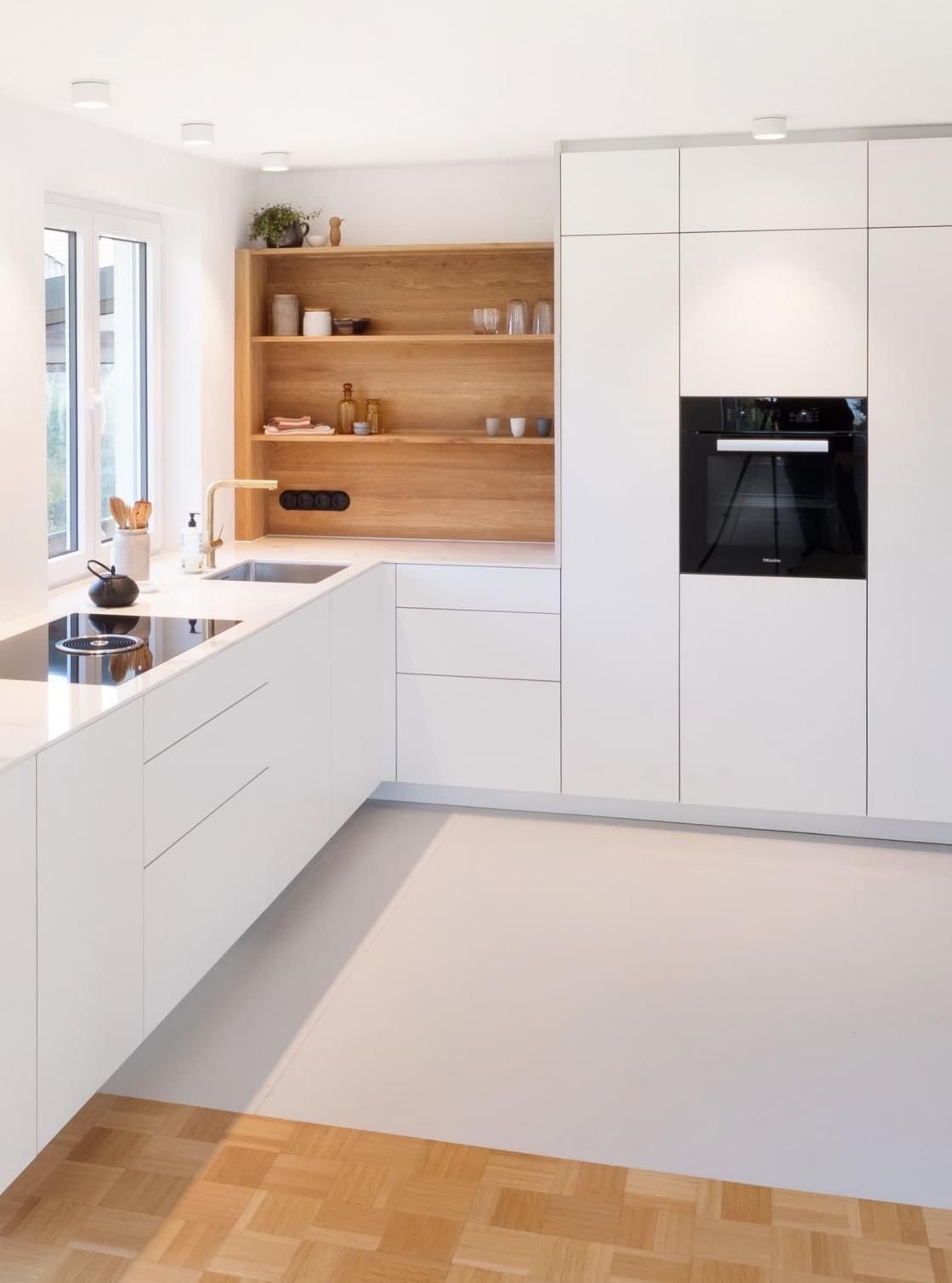 Skandinavisch und Klassisch: Gold, Marmor, Holz   NR Küchen