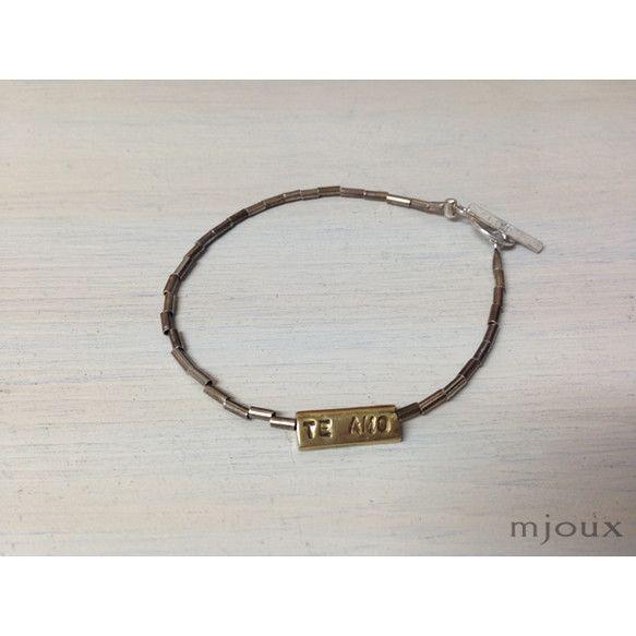 スペイン語のメッセージ「TE AMO」と「TE ODIO」が裏表になってついているブレスレットです。「TE AMO」は「Love You」,「TE ODIO」... ハンドメイド、手作り、手仕事品の通販・販売・購入ならCreema。
