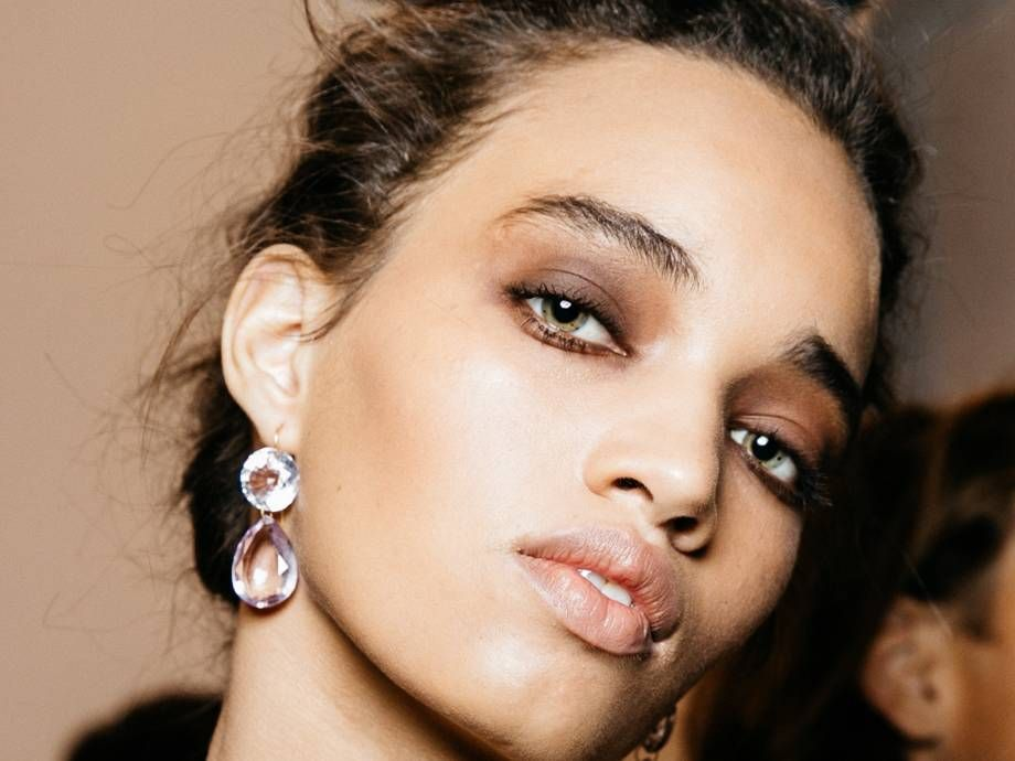 How to Change Your Brow Shape With Three Products or Less, According to a Makeup Artist #naturalbrows Use makeup to change your natural brow shape. #naturalbrows