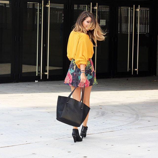 Nuria del blog @100vestidos con #totallook EAT para vivir la noche de la moda #VFNO este jueves ✨✨ Descubre más en su blog 100vestidos.com  Outfit: blusa y falda de @jiromodas, botines de @almaenpenashoes y maxi shopper de @mambomadrid