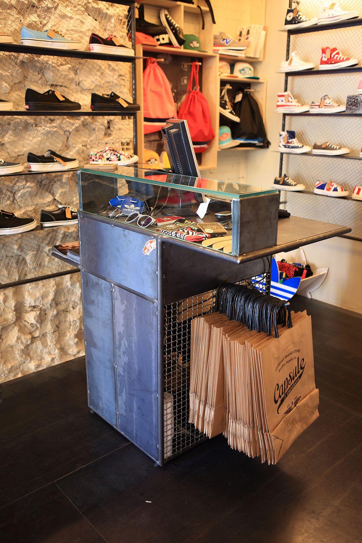 Detalles Del Mostrador Y Suelos De Hierro, Materiales Utilizados En  Capsule: Tienda De Sneakers