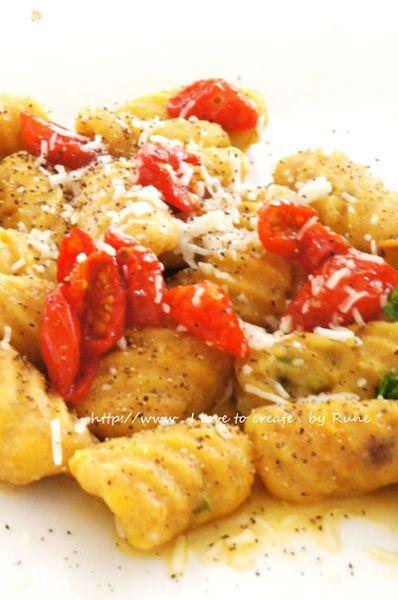 鮭フレークを入れたり、ほうれん草のペーストを入れたりしてニョッキを作るのですが、今回は南瓜が余ったので加えてみました。トマトソースはラタトゥイユのようなお野菜たっぷりなソースにもよく合います。