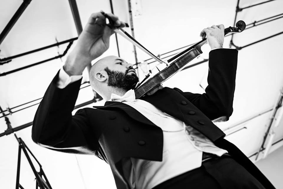 Músico nos bastidores da Cidade das Artes. Foto: Cicero Rodrigues.
