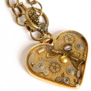 """Die Steampunk-Kette """"Lost in Space"""" mit kleinem Herzanhänger von Urska Habjan ist ein ganz besonderes Schmuckstück. Das wunderschöne, wohlgeformte Herz ist aus vielen kleinen Teilen eines klassische-mechanischen Uhrwerkes zusammengesetzt."""