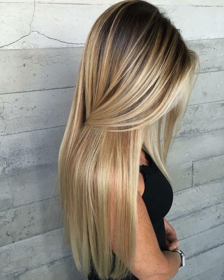 capelli lunghi con un degradè biondo luminose, piega liscia con un effetto seto…