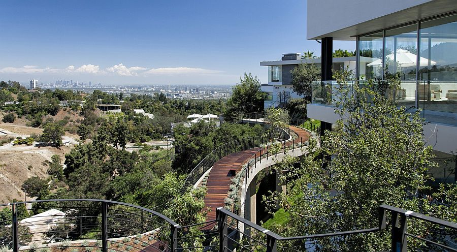 Walkway and landscape offer spectacular views of the city - Decoist