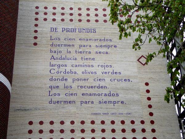 Gedichte an den Wänden, Gedichten op de muur, das hat mich in Leidenam meisten fasziniert.Vor fast einem Jahr war ich schon mal hier. Da habe ich Windmühlen