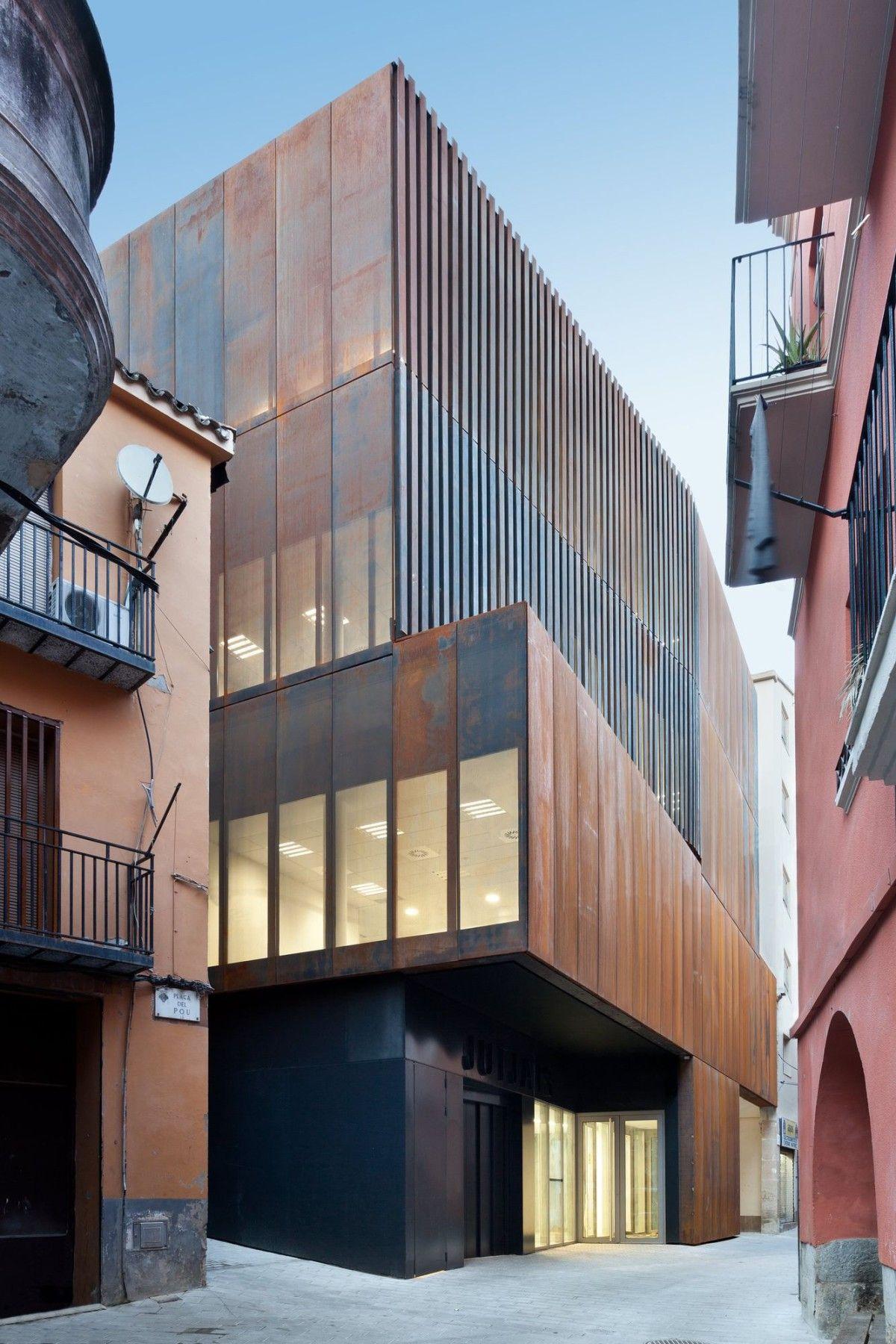 camps+felip arquitecturia . Law Court.Balaguer (1) gevel materialisatie corten staal volumetrie volumeschakeling stapeling inkom filter zonwering inplanting
