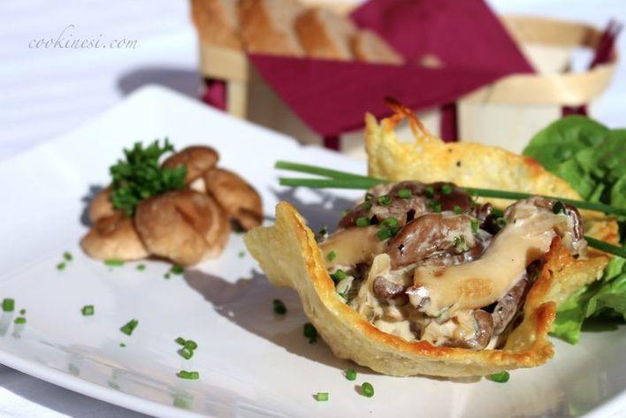 Der Pilzsalat sieht im Parmesankörbchen besonders toll aus.