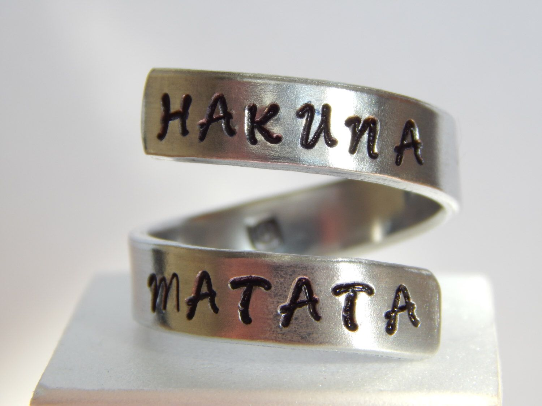 Hakuna Matata - Aluminum Wrap Ring - Style B - Adjustable par FamilyHouseStampin sur Etsy https://www.etsy.com/fr/listing/123260903/hakuna-matata-aluminum-wrap-ring-style-b